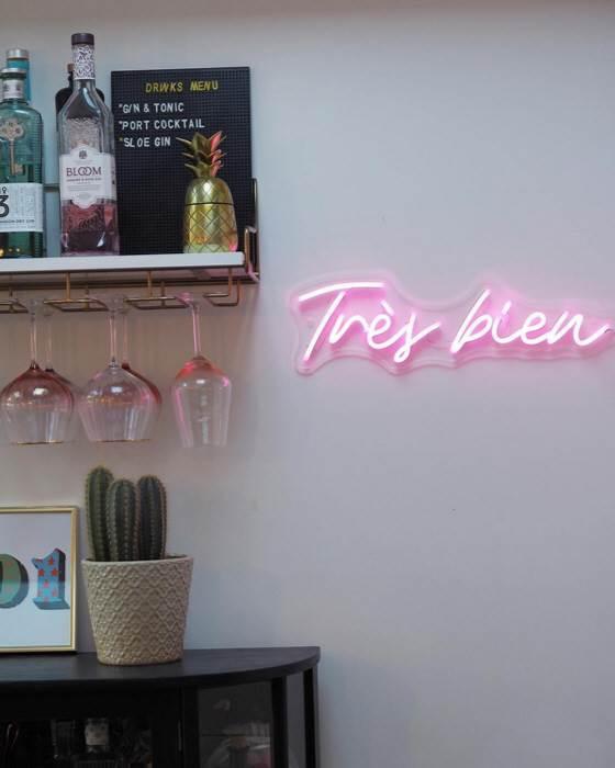 Trés bien LED Neon felirat