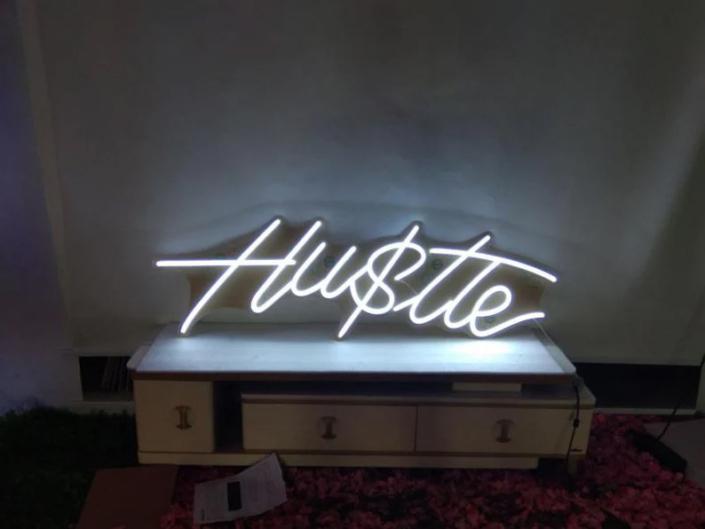 Hustle Neon felirat otthonra
